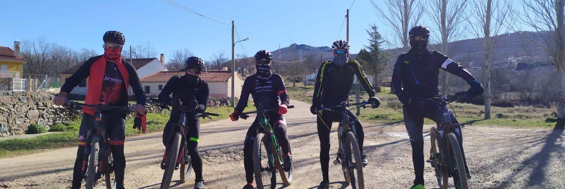 Ciclistas nos visitan y suben a Pico Cervero.
