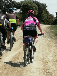 Ciclistas BTT por los senderos de Navarredonda de la Rinconada